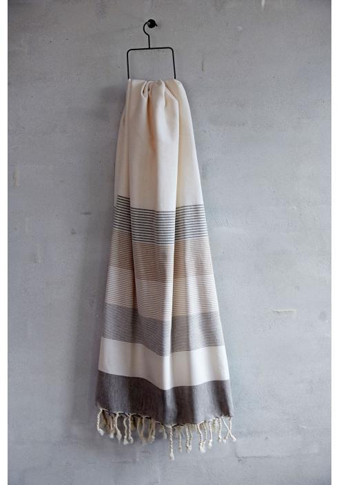 Badelagen i skøn naturhvid farve med brune striber og frynser, skønt badehåndklæde i god kvalitet.