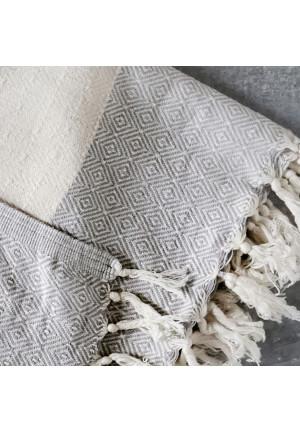 Tæppe til sofaen med flotte lyse graa og natur hvide farver i et flot moenster
